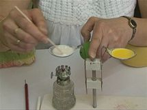 Reliéfní vzor vzniká nanášením rozehřáté mastné křídy na barevnou kraslici.